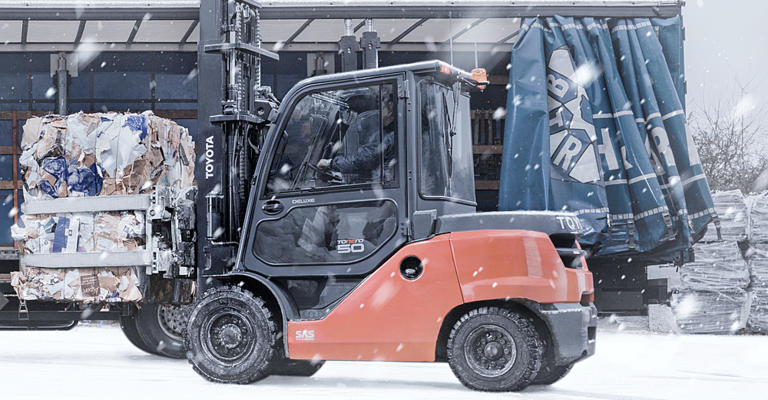 Toyota Tonero gaffeltruck udendørs om vinteren