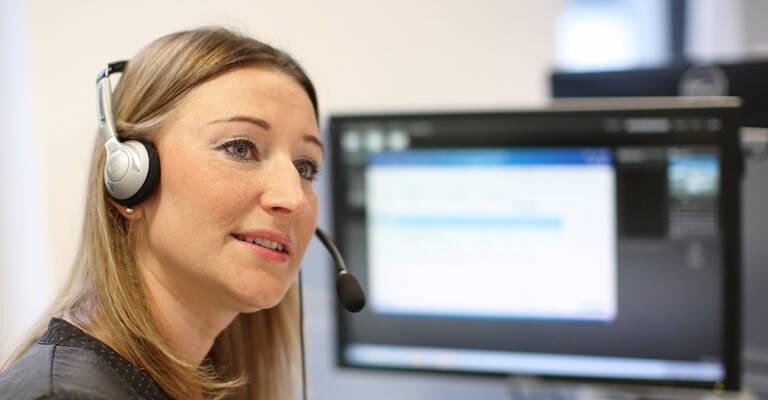 mujer trabajando en un helpdesk