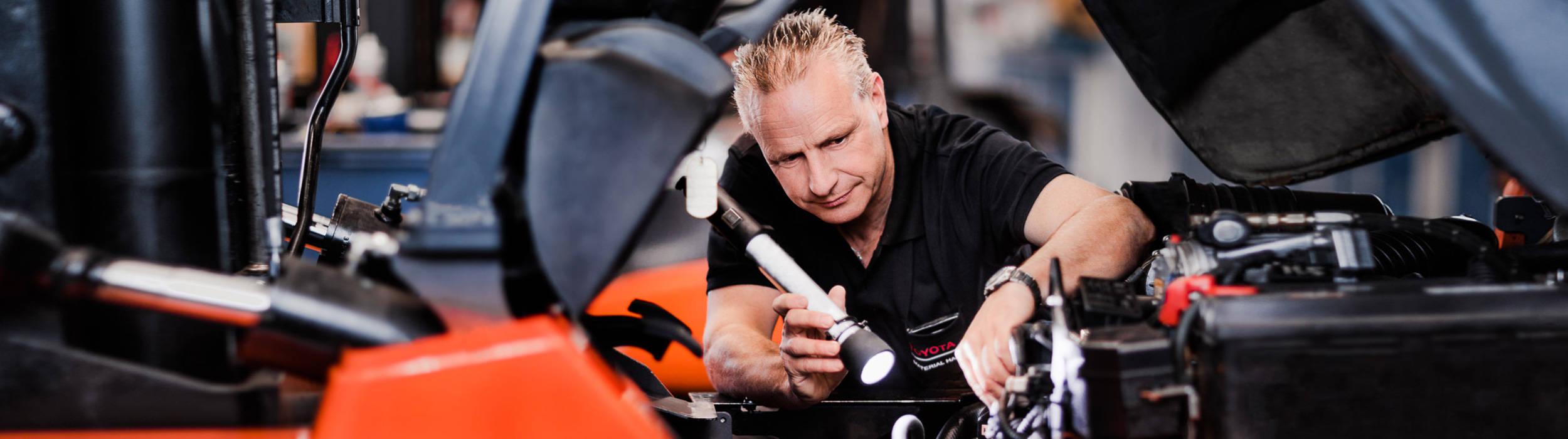 Serviceeftersyn af Toyota gaffeltruck