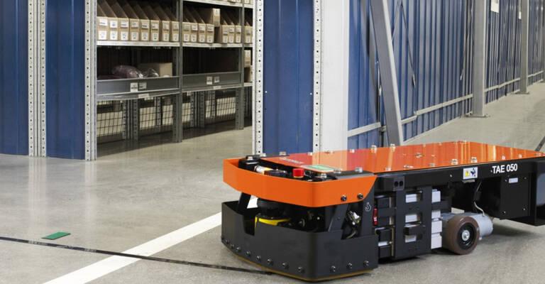 La navette téléguidée de Toyota Material Handling est utilisée lors du processus de préparation de commandes pour améliorer l'efficacité du picking