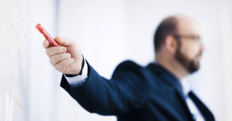 Expert Toyota qui enseigne le Lean Management au personnel logistique d'une entreprise afin qu'ils réduisent leurs pertes