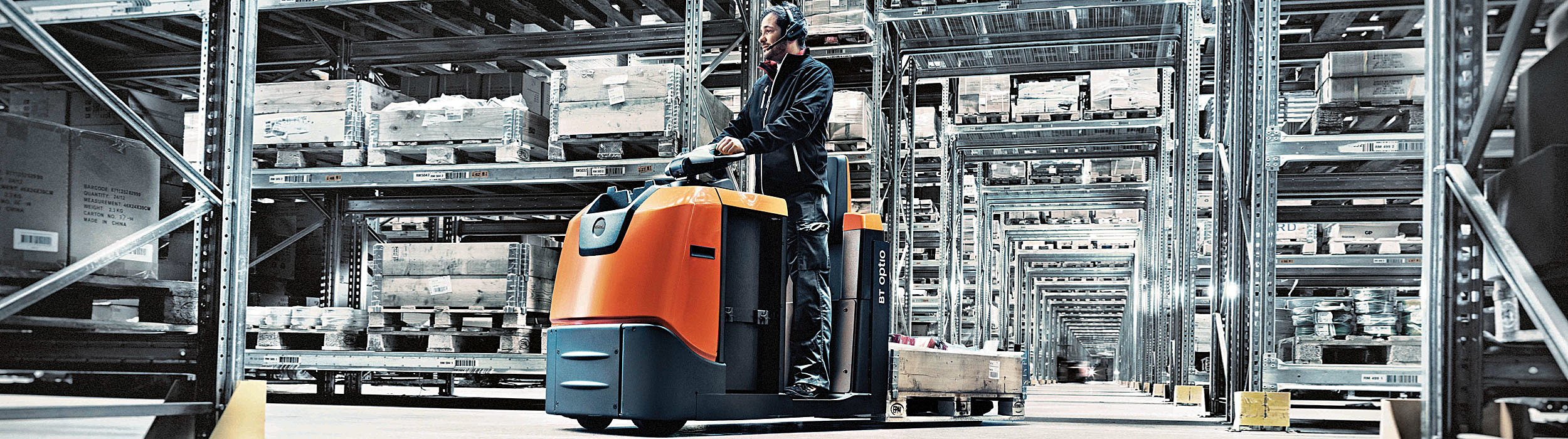 From the universal hand pallet truck to larger forklifts or automated solutions.
