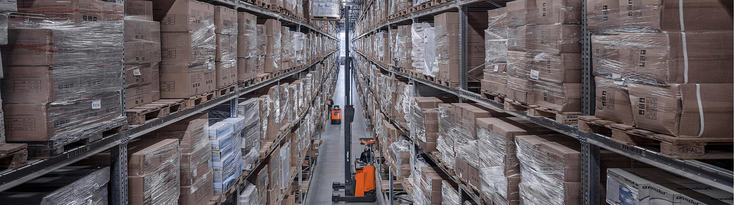 BT Reflex lifting high in large warehouse