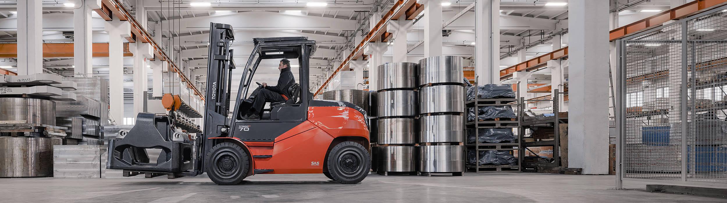 Traigo 80 - stærk og effektiv eldrevet gaffeltruck til både indendørs og udendørs arbejde.