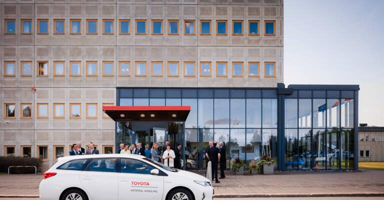 Bil parkert utenfor Toyota kontor