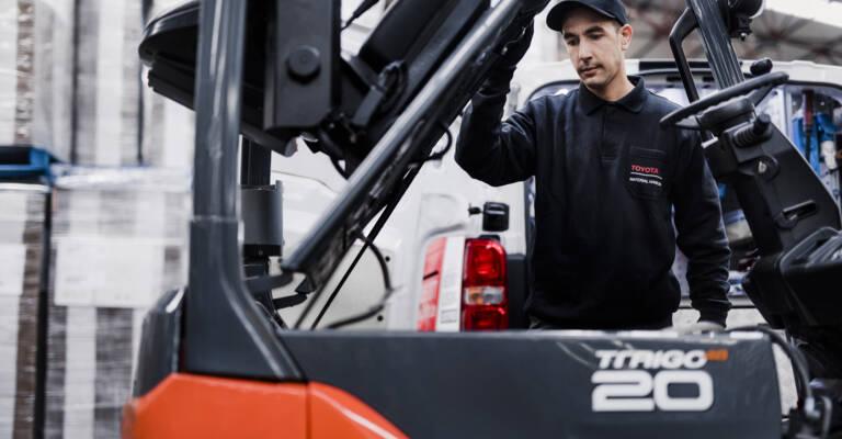 Servisný technik opravuje vysokozdvižný vozík
