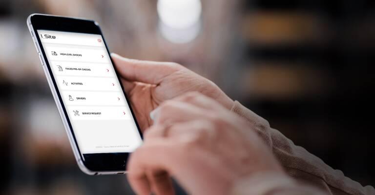 Muž z podniku se dívá na I_Site v mobilním zařízení