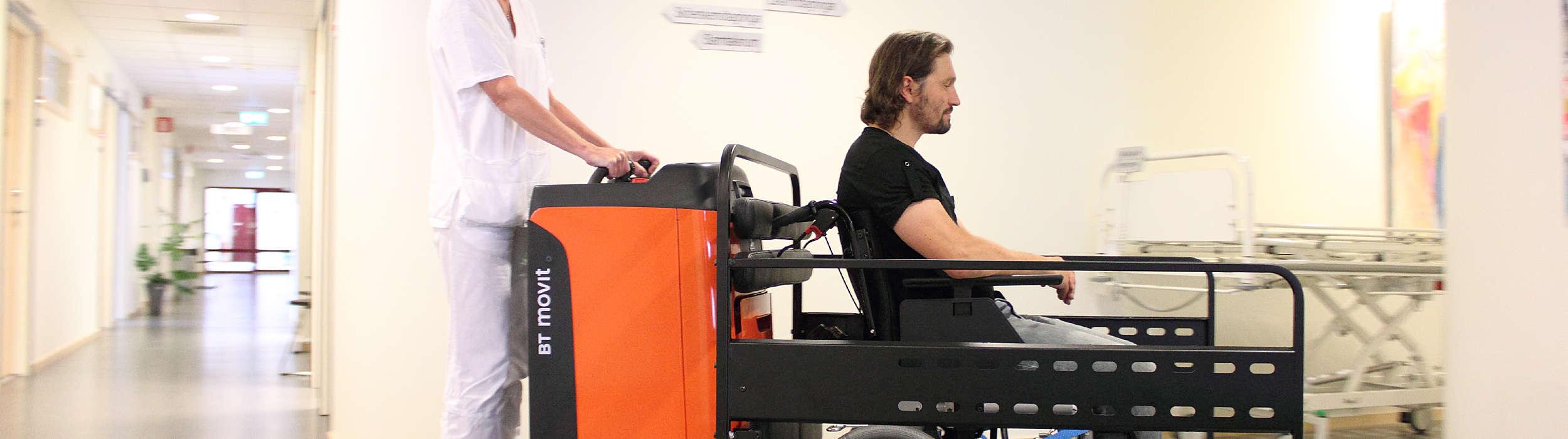 BT Movit targonca segítségével mozgatnak egy kerekesszékes pácienst