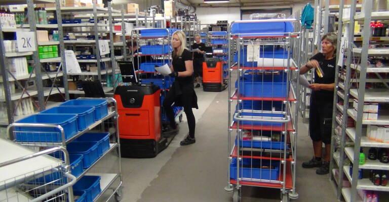 Trabajador en embalaje de entregas Lyko
