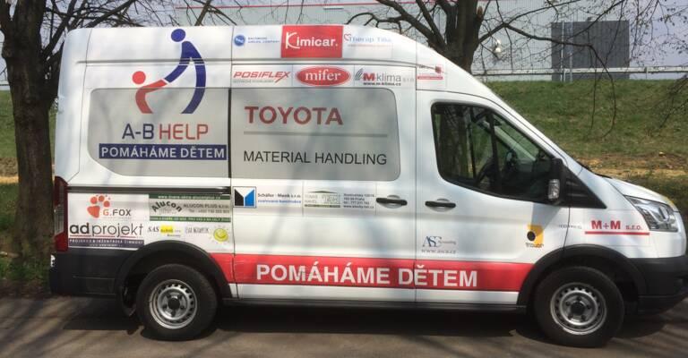 Toyota Material Handliung CZ podporuje A-B Help a minibus pro dětské domovy