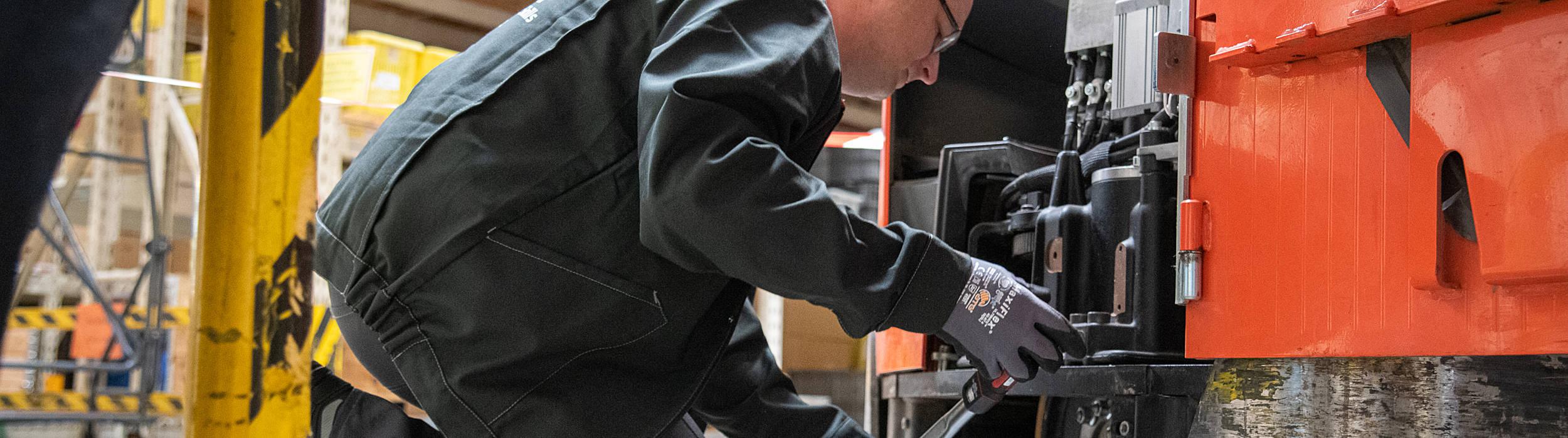 Servisní technik Toyota Material Handling u vysokozdvižného vozíku