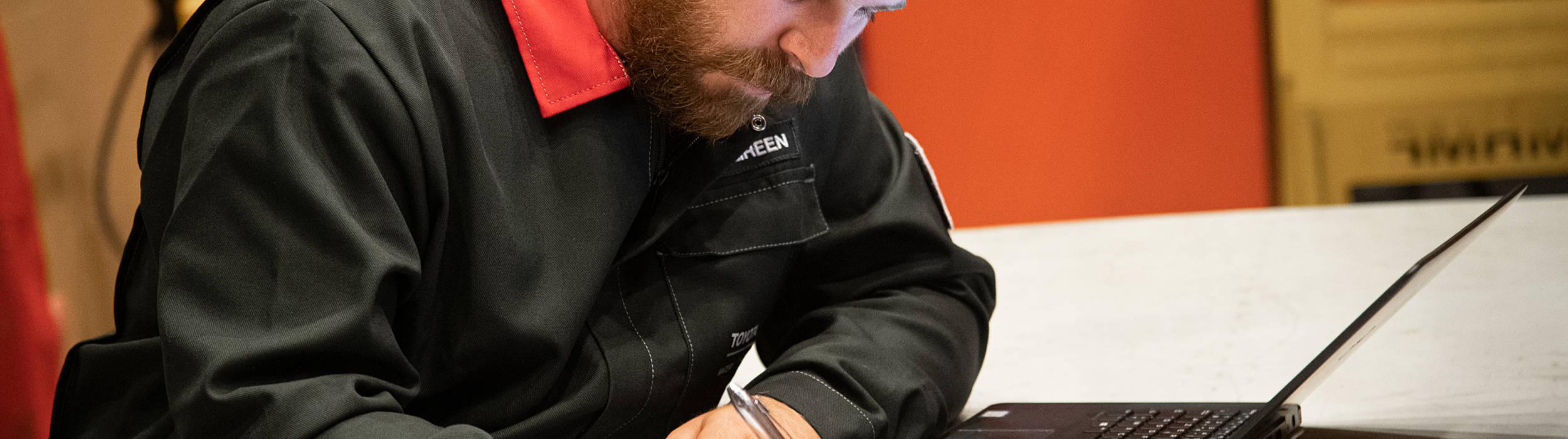 Hombre tomando notas en una oficina