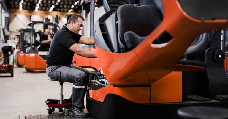 Servicetekniker foretager et truk-tjek