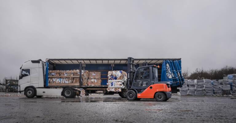Carretilla descargando un camión en el exterior